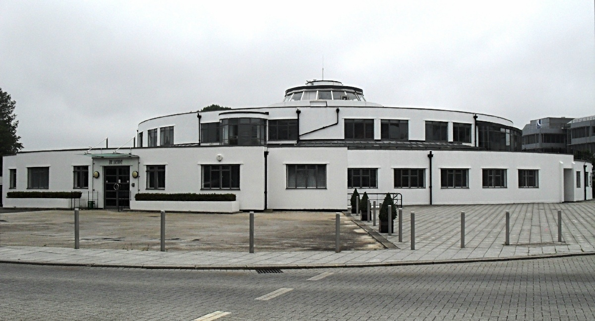 The_Beehive_(Original_Terminal_Building_at_Gatwick_Airport)-697526-edited