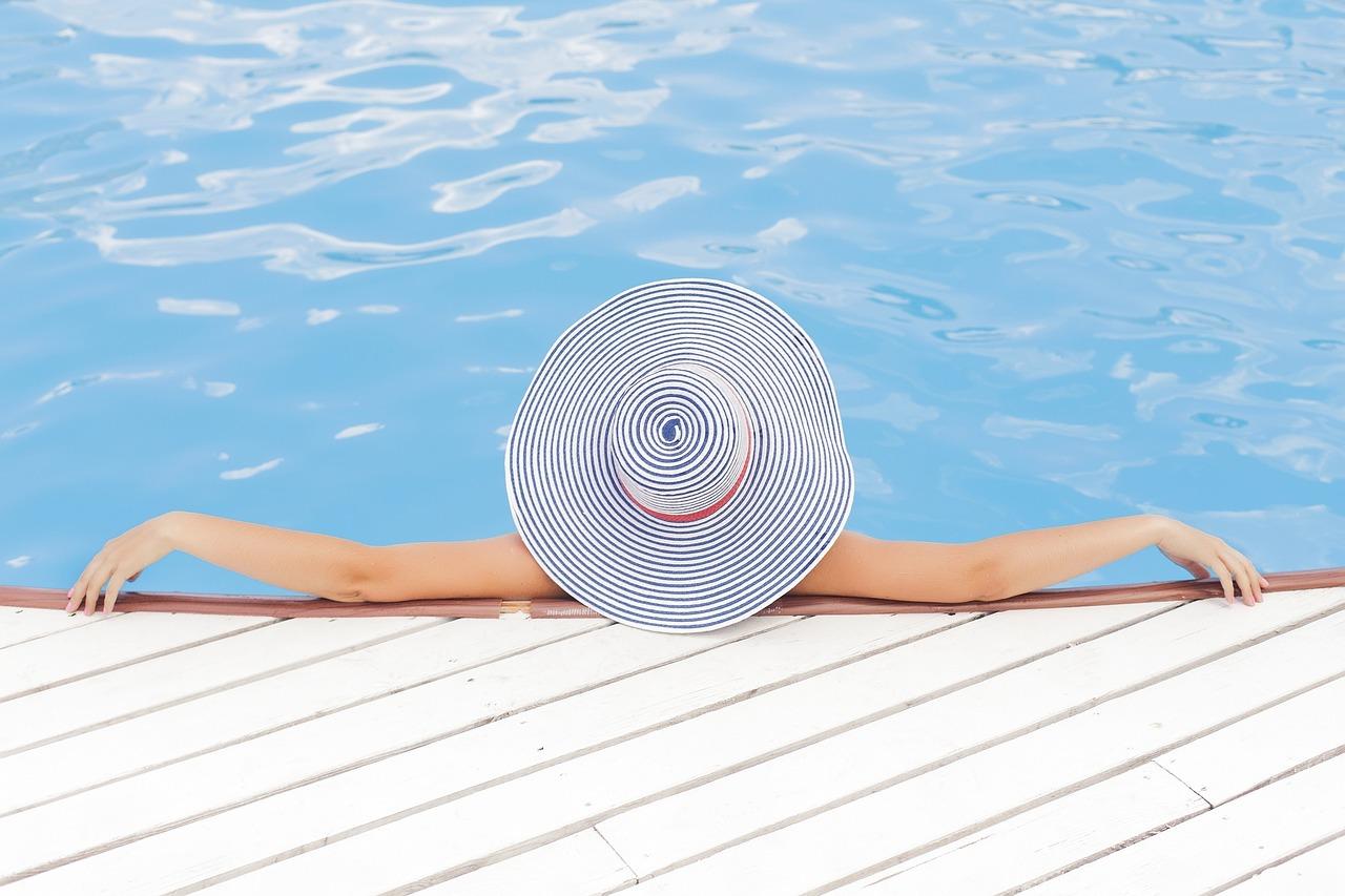 pool-690034_1280